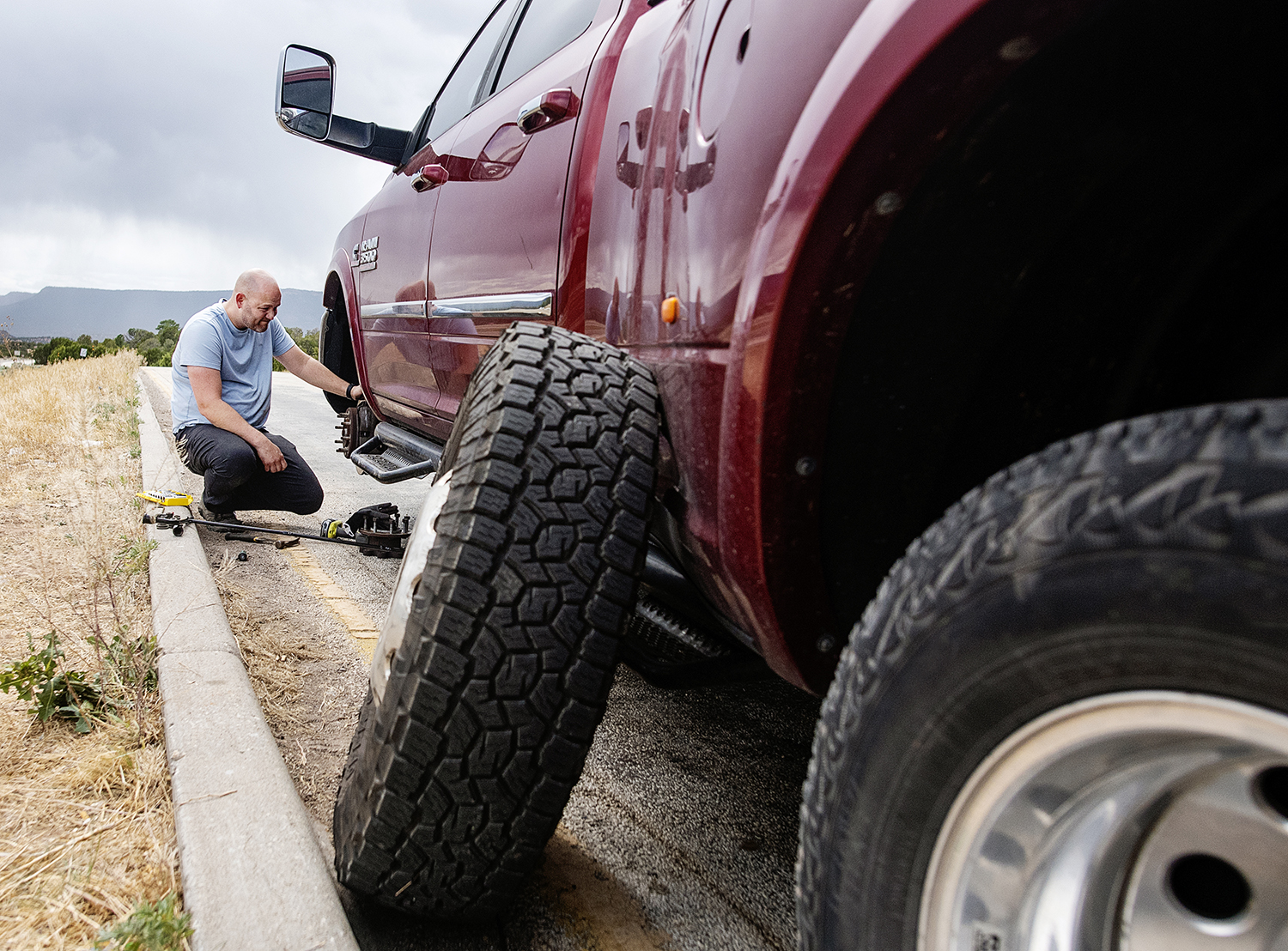 truck with tire off while broken down